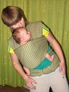 Ребенок в слинге-шарфе