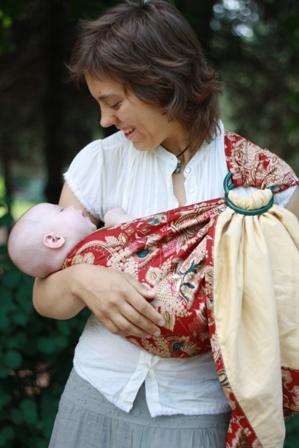 Поддержка головы в локте во время ношения и кормления