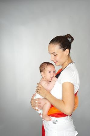 Положение «лицом к маме» на руках без слинга