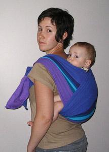 За спиной в слинге-шарфе
