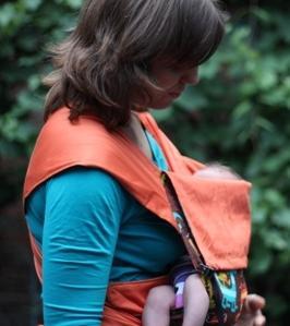 «Колыбелька» в май-слинге: вид сбоку