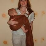 Положение на бедре у мамы в слинге с кольцами