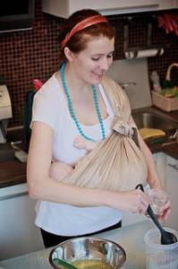 Мама готовит в слинге