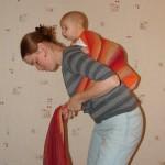 Как посадить на спину несидячего ребенка