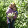 С Андрюшей в слинге мы гуляли Весенним теплым майским днем. Цвет яблони мы созерцали И наслаждались им вдвоём!