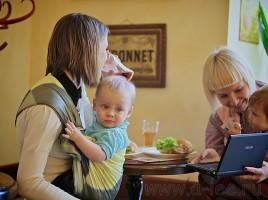 С ребенком в слинге мама может не запираться в четырех стенах, а вести активную жизнь!